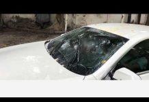 Xem Thử ném trứng vào kính xe hơi và bật gạt nước xem có đục kính hay không?