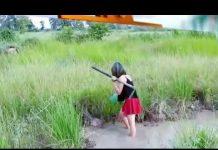 Xem Gái Khmer đi bắt cá đồng với bộ trang phục hơi bị gợi cảm