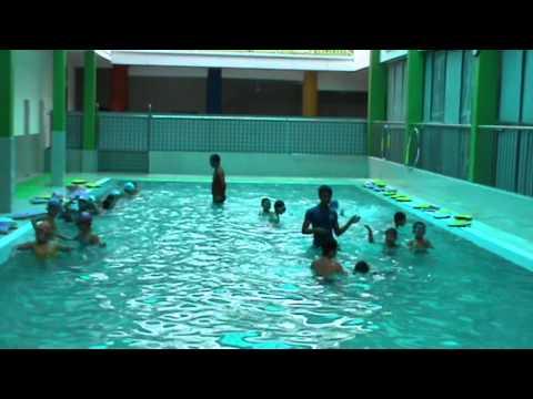 Xem Bơi tại bể bơi Bé tập bơi để tự cứu lấy mình
