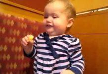 见 由于孩子吃柠檬儿童滑稽