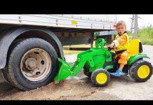 见 滑稽的婴儿大卡车卡在泥巴里巡逻骑电动轮拖拉机挖掘机 – 迪马儿童电视汇编