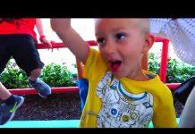 见 有趣的婴儿扑灭滑稽的孩子用球哭泣用手指学习颜色家庭的童谣歌曲