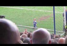 視頻 兩歲小男生踢著足球來到球門前,然後做了一個全場都為之沸騰的動作!!