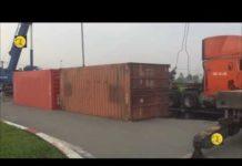 TPHCM, container lật trong khu công nghệ cao