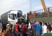 Xem Tai nạn giao thông ở Nghệ An: Xe tải tông trúng đuôi xe container đầu nát bét tài xế nguy kịch