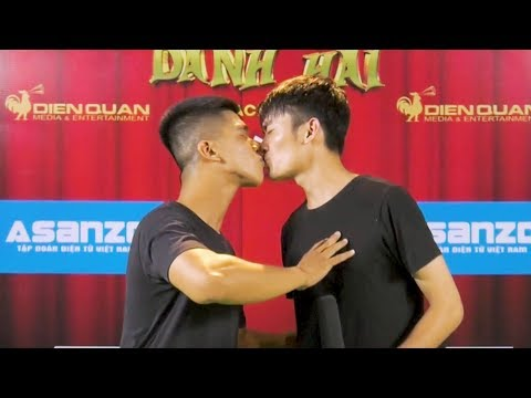 """Xem Thách thức danh hài 5  hậu trường độc quyền: Nụ hôn """"đời thực"""" đầy tình cảm của 2 hotboy 100 triệu"""