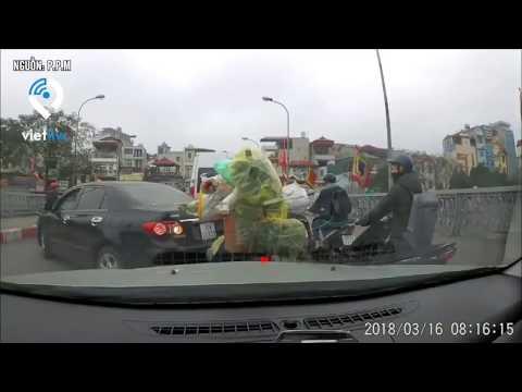 Xem Một phụ nữ lái xe hơi ngang ngược, thách thức người đi đường ở Hà Nội