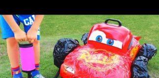 Xem Trẻ em Vlad giả vờ chơi với ô tô đồ chơi bị hỏng